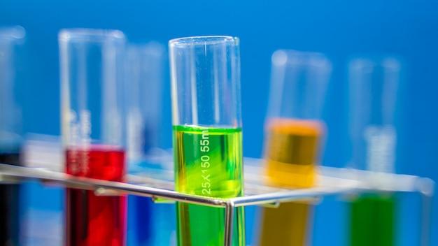 Tubos de ensayo en laboratorio de ciencias