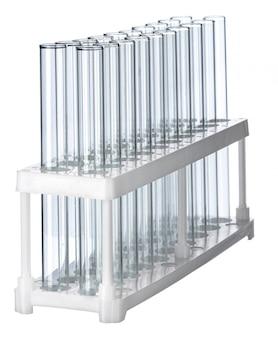 Tubos de ensayo de laboratorio vacíos aislados en blanco, de cerca