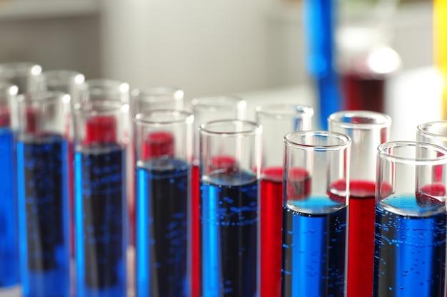 Tubos de ensayo con líquidos coloridos, primer plano