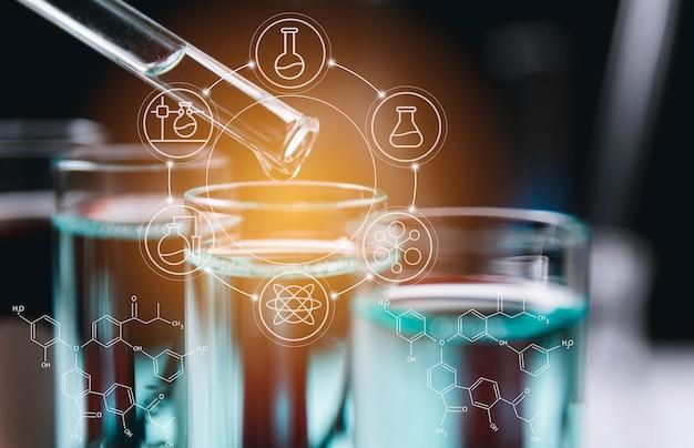 Tubos de ensayo químicos de laboratorio de vidrio con líquido para investigación analítica, médica, farmacéutica y científica.