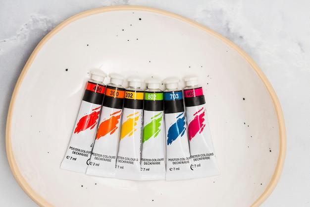 Tubos lgbt con pinturas multicolores.