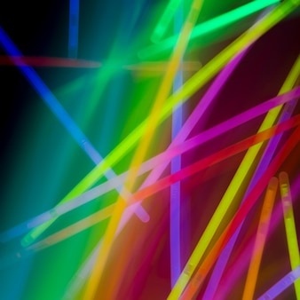 Tubos de neón coloridos abstractos en fondo del arco iris