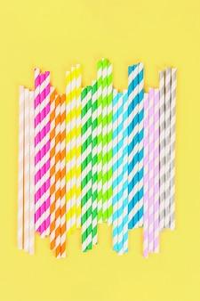 Tubos de papel paja multicolor. vista superior