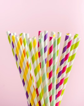Tubos de papel rayado multicolor para bebidas, cócteles. concepto de fiesta, celebración, cumpleaños.