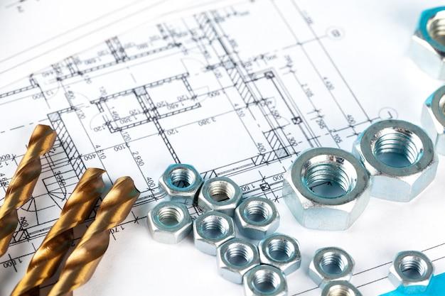 Las tuercas y partes de la construcción se presentan en un dibujo abollado