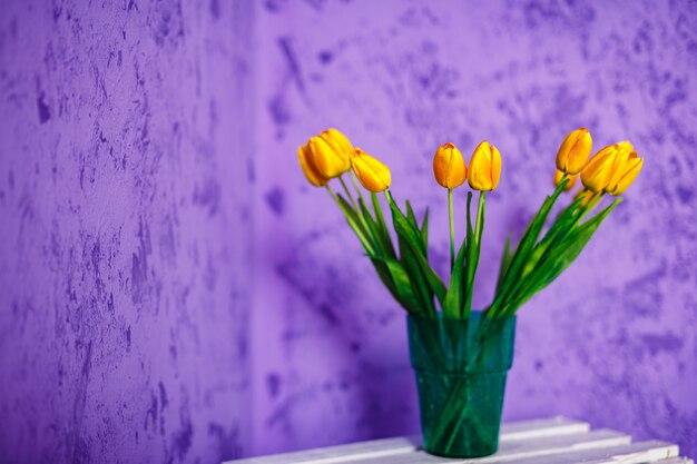 Tulipán amarillo sobre morado