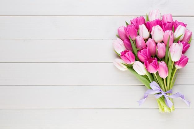 Tulipán rosa sobre fondo blanco fondo de pascua