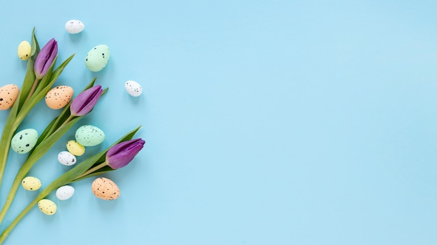 Tulipanes al lado de los huevos de pascua con espacio de copia