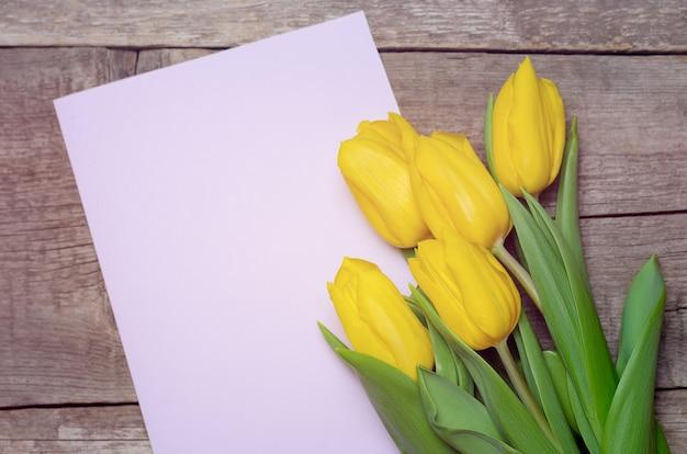 Tulipanes amarillos y tarjeta de felicitación