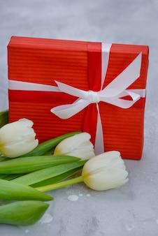 Tulipanes y caja de regalo con espacio de copia