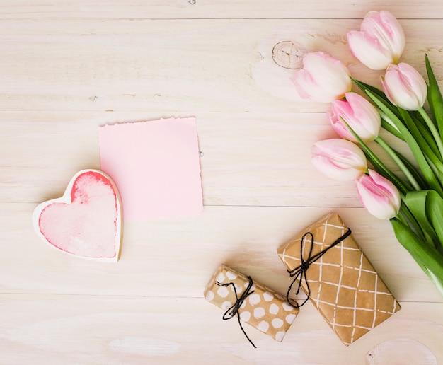 Tulipanes con cajas de regalo y papel.