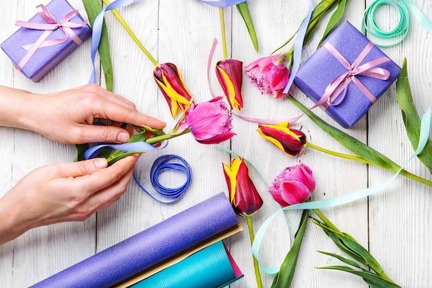 Tulipanes y confeccion de regalos.