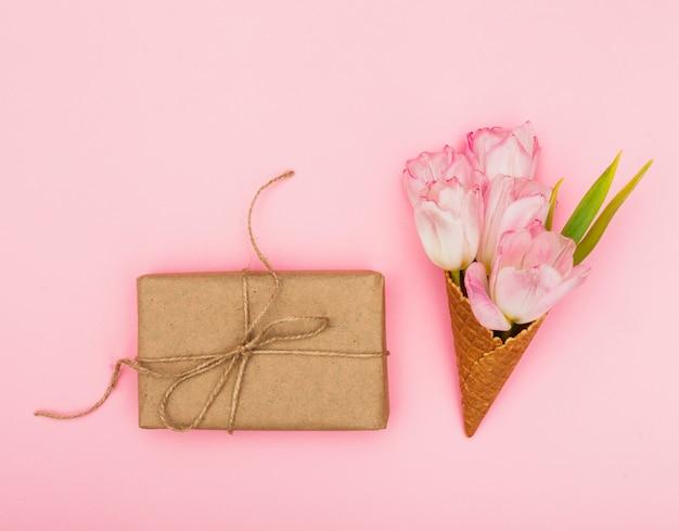 Tulipanes en cono de waffle con caja de regalo.