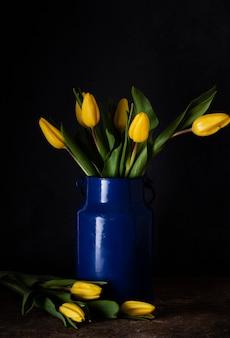 Tulipanes florecientes en florero