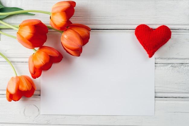 Tulipanes de flores rojas y un lugar para la inscripción en el centro. dia internacional de la mujer
