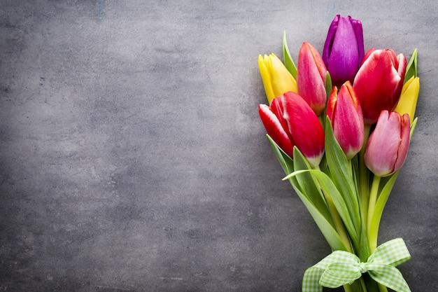 Tulipanes en el fondo gris