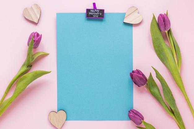 Tulipanes con inscripción día de la madre feliz y papel.