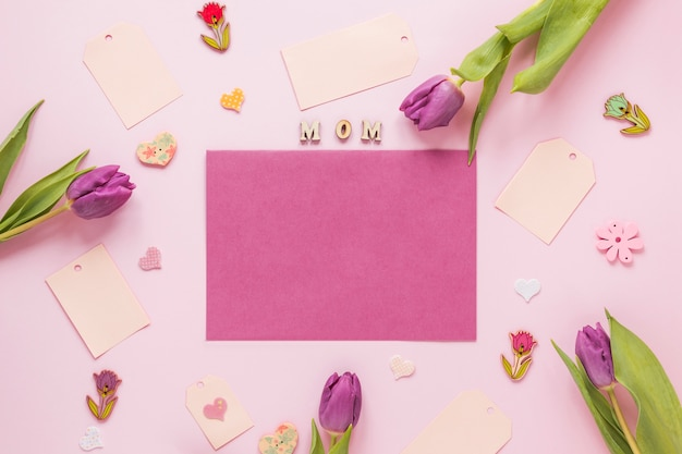 Tulipanes con inscripción mamá y papel en blanco.