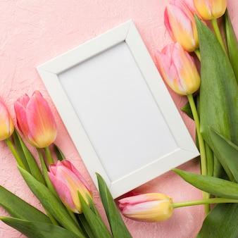 Tulipanes con marco en mesa