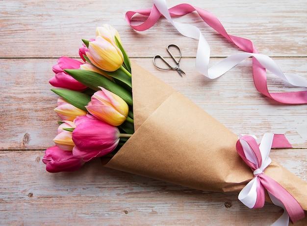 Tulipanes de primavera de colores sobre un fondo de madera