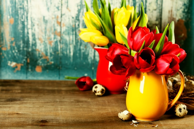Tulipanes de primavera y huevos de pascua