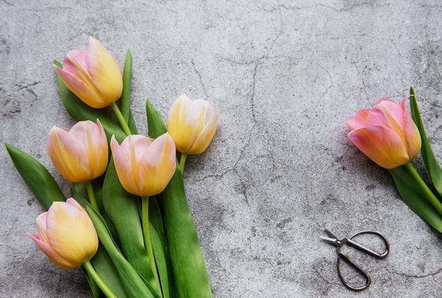 Tulipanes de primavera sobre una superficie de hormigón, concepto de regalo del día de la madre