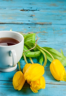 Tulipanes de primavera y una taza de té