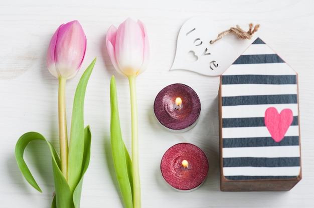 Tulipanes rosas y caja de regalo con lazo rojo