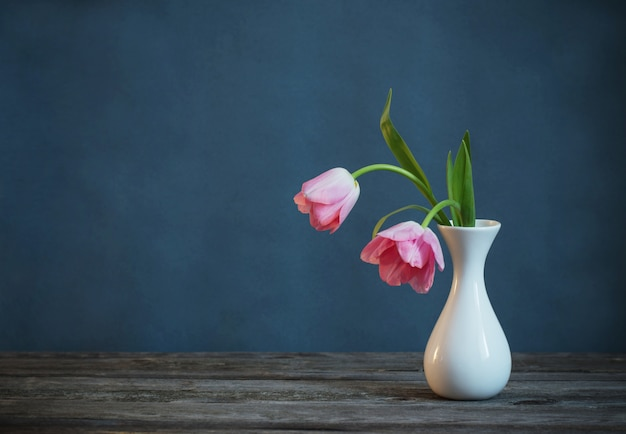 Tulipanes rosas en florero blanco