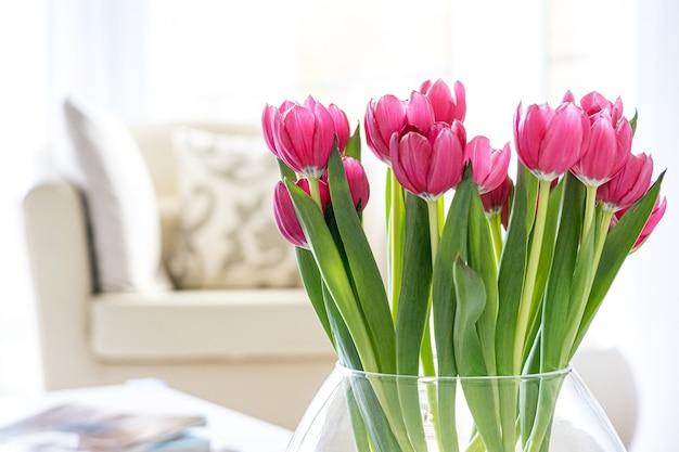 Tulipanes rosas en el interior de una sala de estar contemporánea y luminosa # 1