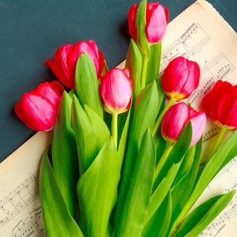 Tulipanes sobre fondo gris turquesa. flores de primavera. día de san valentín, día de la mujer y día de la madre.