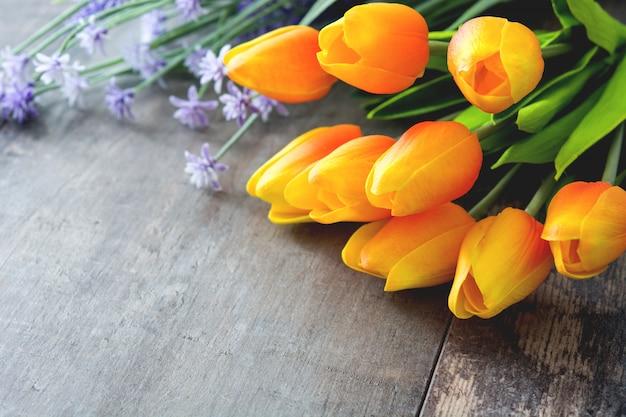 Tulipanes sobre fondo de madera copyspace.