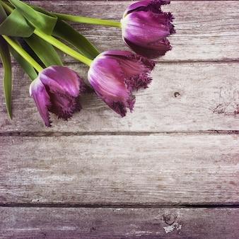 Tulipanes sobre fondo de madera de granero
