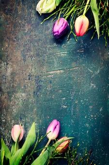 Tulipanes sobre un fondo de madera