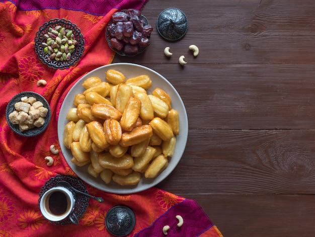 Tulumba tatlisi - postres tradicionales turcos tulumba. celebración de dulces árabes eid ramadan.