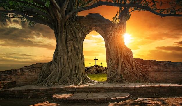 Tumba vacía con tres cruces.