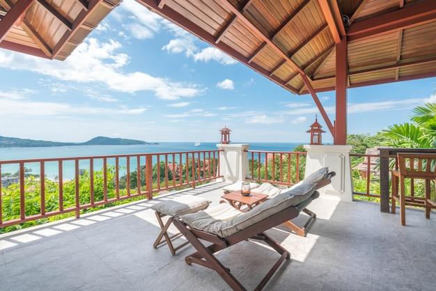 Tumbona en balcón de vista mar de la casa.