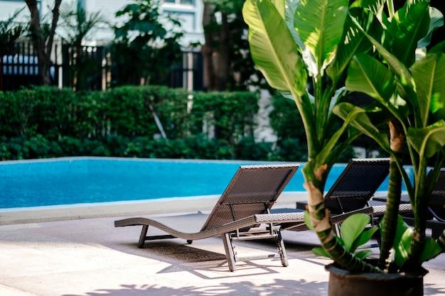 Tumbona en la piscina