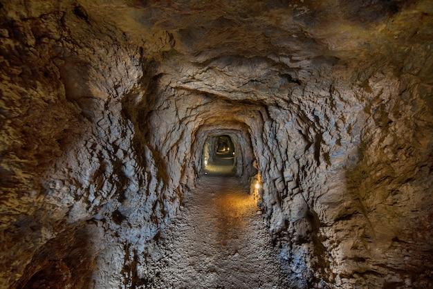 Túnel interior en las famosas minas de la unión en murcia, españa.