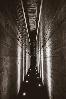 Túnel oscuro en un búnker