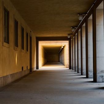 Túnel con sombras y luces.