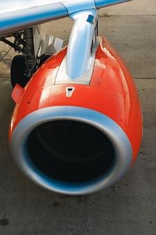 Turbina de avión de pasajeros en la pista de cerca