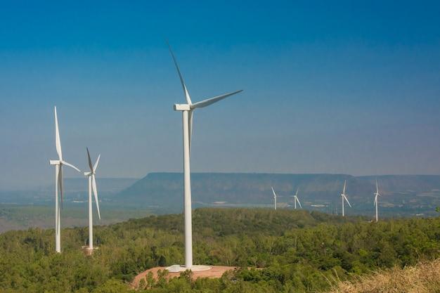 Turbina eólica generadora de electricidad con cielo azul.