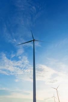 Turbina de viento contra el cielo
