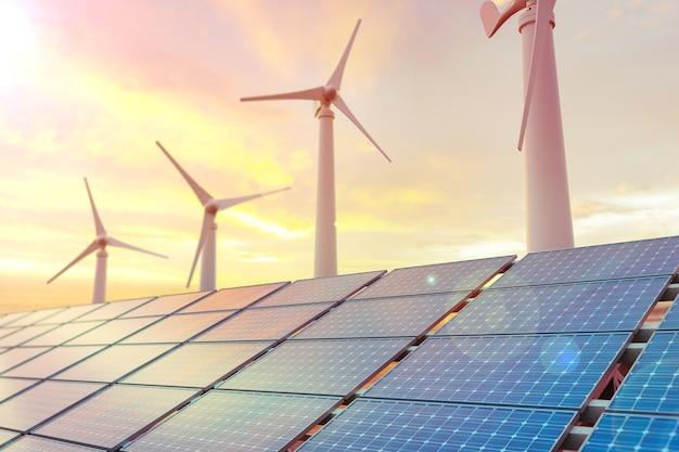 Turbinas de aerogeneradores y paneles solares al atardecer.