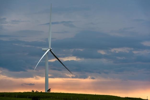 Las turbinas eólicas potencian en la montaña al amanecer.