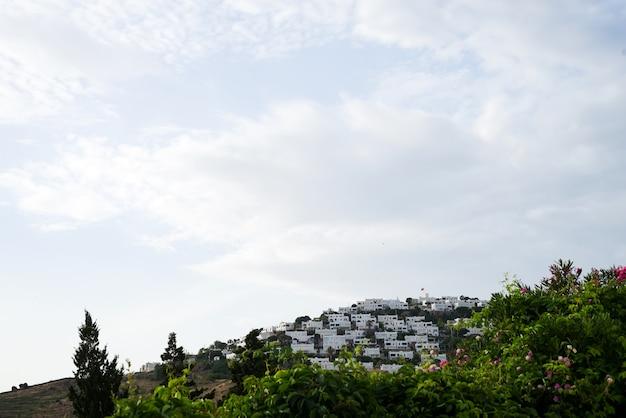 Turgutreis, bodrum. ciudad, en el fondo casas blancas en la montaña, vista aérea.