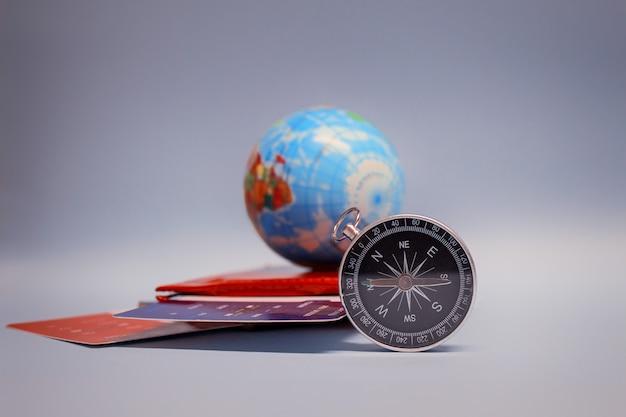 Turismo con globo, pasaporte, tickets y brújula.