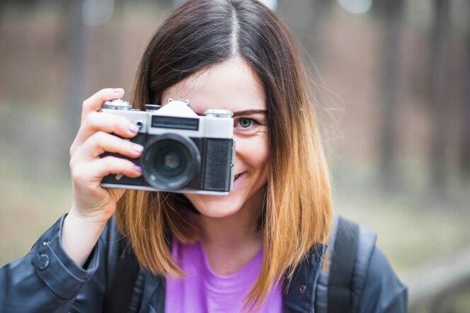 Turista alegre con cámara vintage