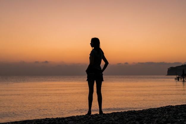 Turista en el amanecer desde detrás de tiro
